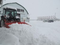 100馬力トラクターで除雪作業