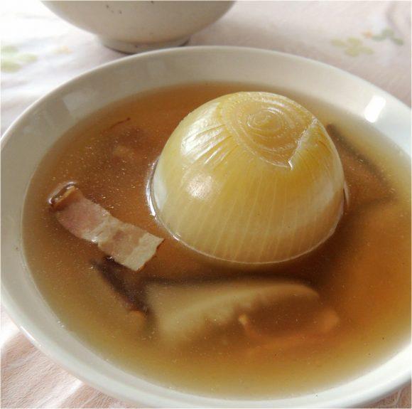 まるごと玉ねぎスープの料理写真